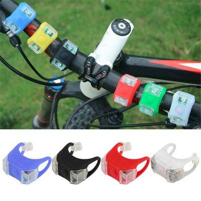 Set van 2 zwarte waterdichte sileconen fietslampjes met elk 2 lichtpunten en 3 standen - Lichtkleur wit - Inclusief verwisselbare batterij